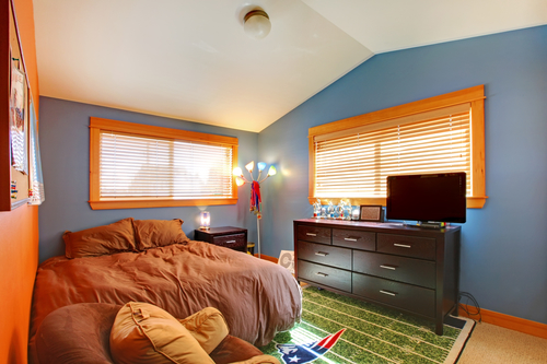 Boys bedroom with blue and brown.
